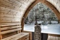 Sauna Igloo z oknem panoramicznym od wewnątrz zimą