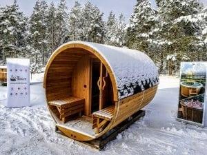 Zewnętrzna sauna ogrodowa beczka z tarasem w zimie