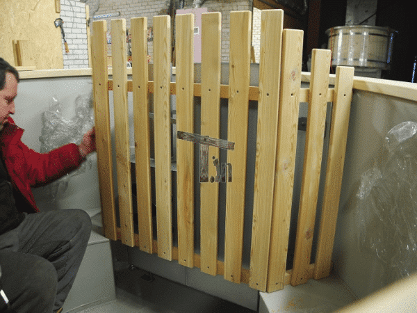 Montaż drewnianej osłony pieca